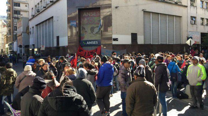 Organizaciones sociales realizaron una olla popular en la puerta de la Ansés.