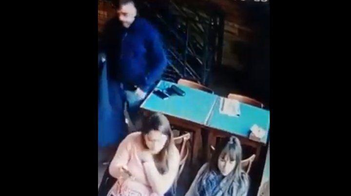 Un hombre le robó a una joven en el bar La Sede y quedó filmado
