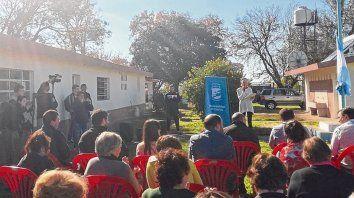 En un camino de tierra. El centro de capacitación en la zona de Colonia Las Flores está a 7 kilómetros de Casilda.