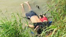 Salvadoreños. Oscar Martínez y su hija Valeria, de 2 años, en el río Bravo.