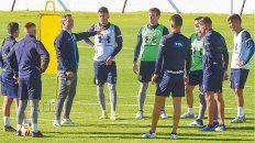 A la orden. Los futbolistas escuchan atentamente las directivas de Cocca. El DT no tendrá sus dos amistosos afuera como quería.