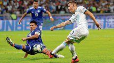 No anda fino. Lo Celso tira el centro frente al paraguayo Gómez. El ex Central no rinde sobre la banda y lo reemplazaría Acuña.