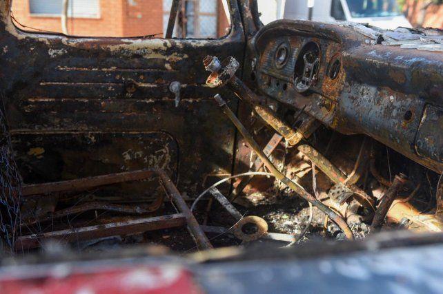 Incendian un camión y tres autos durante la madrugada