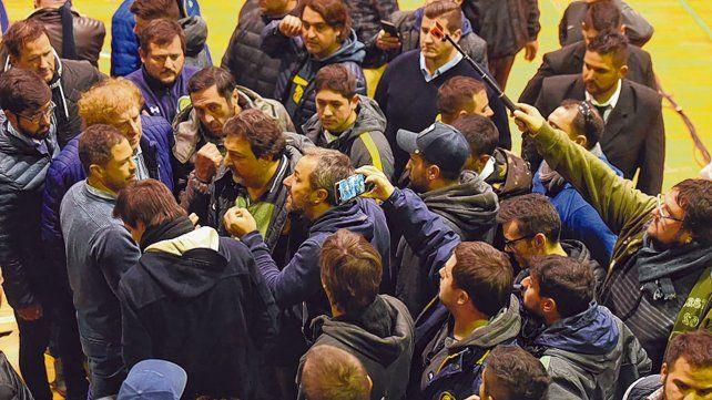 Política pura. El presidente Di Pollina escucha los reclamos de los socios y el arco opositor canalla.