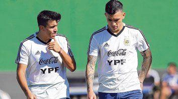 Dos para batallar. Acuña jugaría en el mediocampo, a la izquierda de Leandro Paredes.