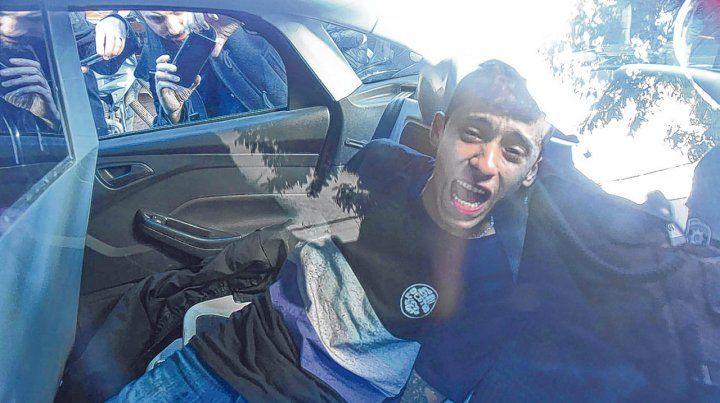 Alterado. El delincuente que fue conducido al patrullero estaba muy nervioso y gritaba.