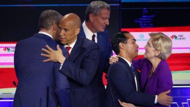 saludos. Los precandidatos se congratulan luego del debate en Miami.