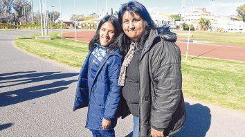 Yanina y Claudia. La Medalla de Oro en Río 2016 y su mamá ayer en conferencia de prensa en el Estadio Municipal.
