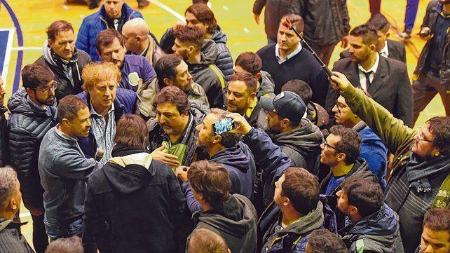 Tensión. El presidente Di Pollina charla con los socios
