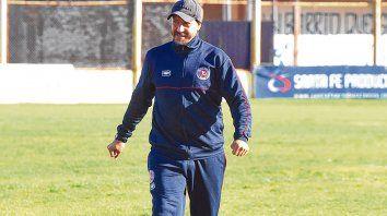 Feliz. Eduardo Bustos Montoya se hizo cargo del equipo y el domingo tendrá una exigente prueba de fuego ante Sportivo Bombal.