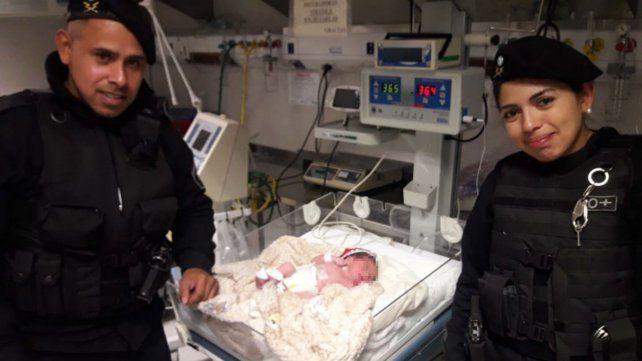 Los suboficialesJosé Luis Mancuello y Daiana Montenegro junto al niño al que ayudaron a nacer.