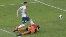 Giovani Lo Celso empuja el balón al gol tras el rebote que dio el arquero.