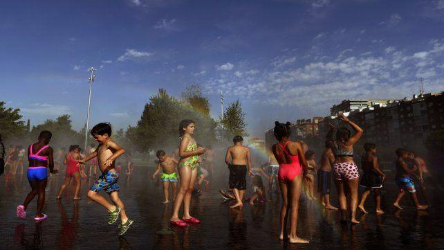Abrasador. Niños se duchan en un parque de Madrid.