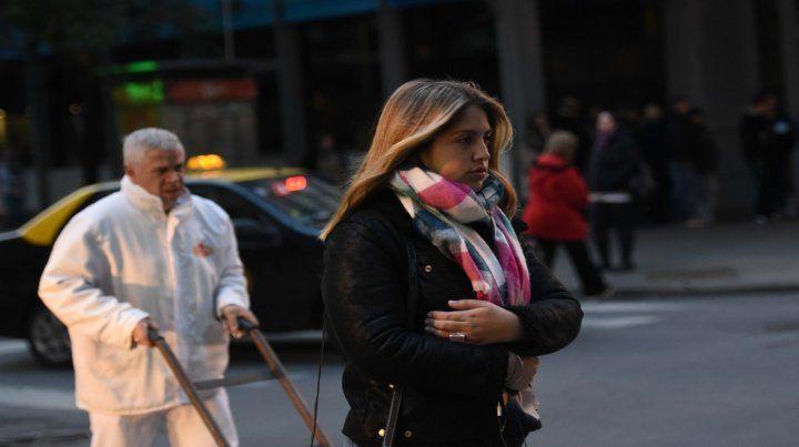 Abrigados. El centro de Rosario ya muestra una postal invernal. La gente usa la ropa de temporada.