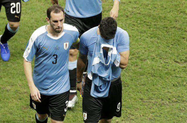 Luis Suárez se retira llorando de la cancha tras la eliminación de Uruguay. Diego Godín lo consuela.