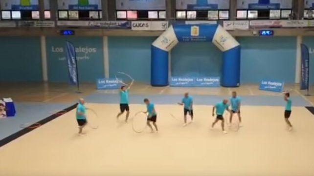 El desopilante video viral de una muestra de gimnasia hecha por padres