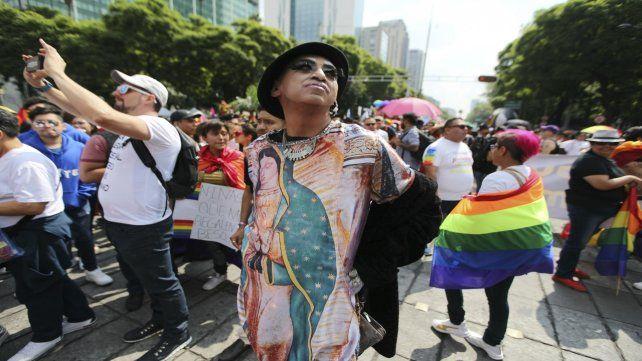 Un manifestante ostenta en su remera a la Virgen de Guadalupe en la soleada tarde de ayer.
