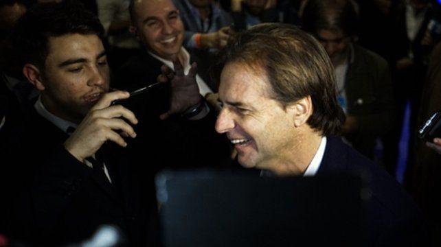 Feliz. Luis Lacalle Pou habla con la prensa luego de conocer los resultados. Será candidato presidencial.