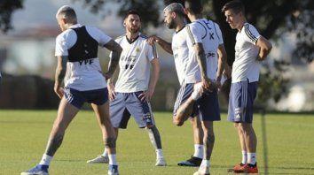 Buen ánimo. Otamendi, Messi, Agüero, y Di María, la legión de históricos, se divierten junto a Lo Celso.