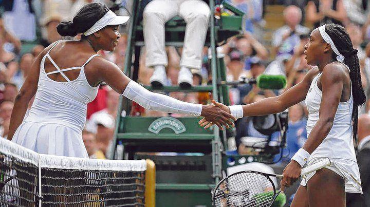Reconocimiento. Venus le dio la mano a la quinceañera norteamericana Cori Coco Gauff quien la derrotó por doble 6-4 ayer en el césped de Wimbledon.