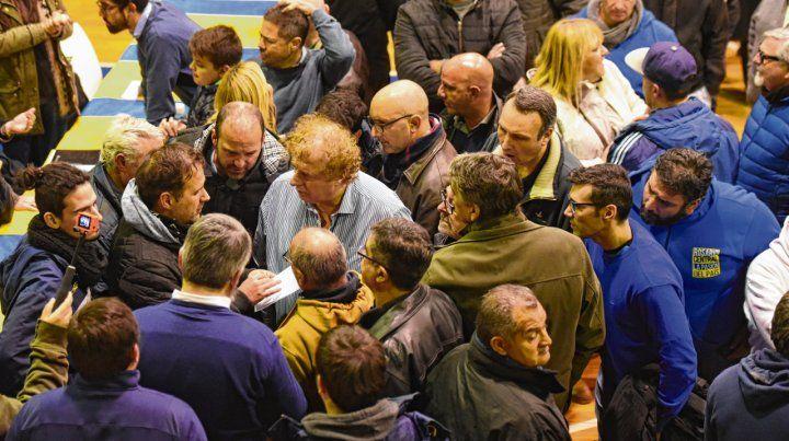 Asamblea caliente. El presidente Di Pollina tuvo que darles explicaciones a los referentes de la oposición