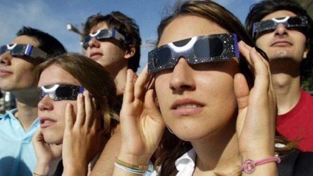 Todo lo que se puede hacer y lo que no para mirar el eclipse solar