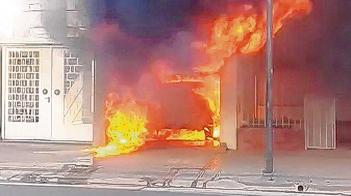 Incógnita. El fuego destruyó un auto y gran parte del estudio jurídico.