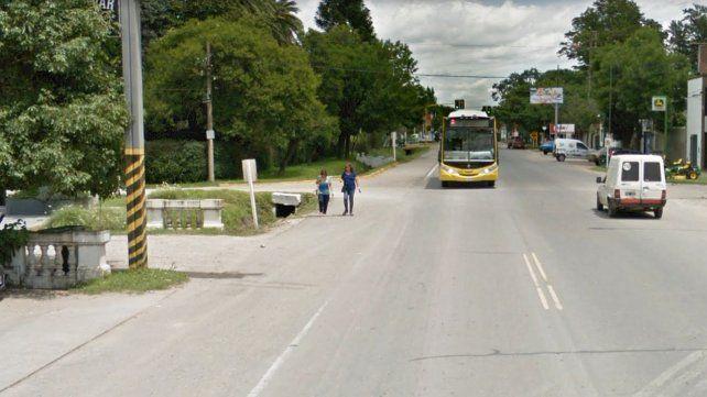 La esquina de Funes donde tres motociclistas terminaron en una zanja.