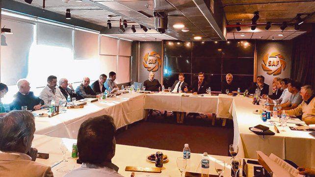 Reunión cumbre. Las oficinas de la Superliga en Puerto Madero fueron el marco de la resolución que se preveía. La próxima temporada va al final sin modificaciones.