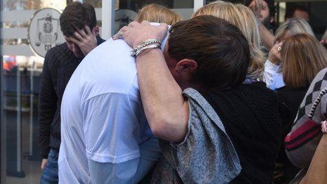 Abrazo. El veredicto generó dolor luego de un proceso que para las familias significó un volver a vivir la tragedia.