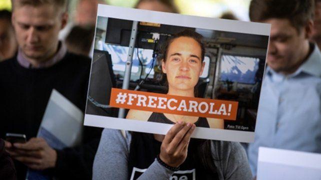 Carola libre. Militantes humanitarios celebran la liberación de Rackete.