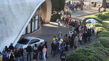Espera. La gente formó una fila que rodeó el Planetario y llegó hasta calle Diario La Capital y Chacabuco.