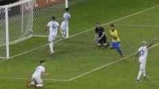 Estocada. Firmino grita el segundo de Brasil. Lo sufren Foyth, Otamendi, Pezzella, Tagliafico y Armani.