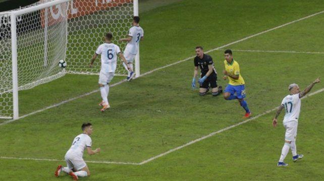 Estocada. Firmino grita el segundo de Brasil. Lo sufren Foyth