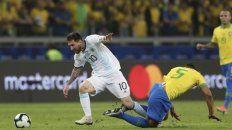 Pura gambeta. Messi se saca de encima a Casemiro, quien le pegó cada vez que pudo.