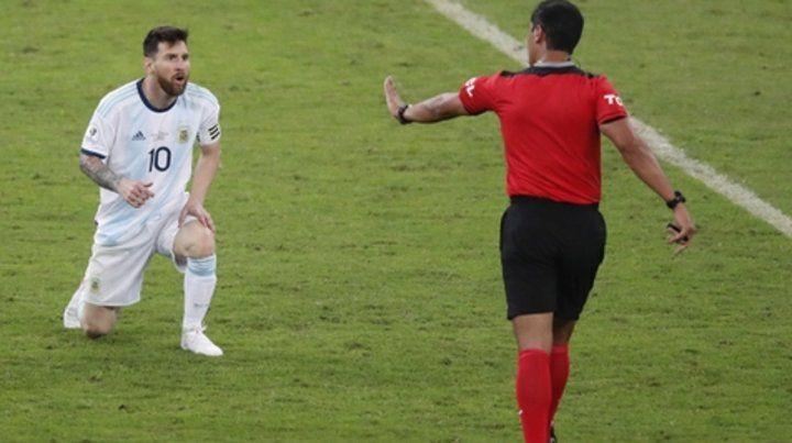 Tranquilo. Zambrano parece querer frenar la calentura de Messi. Leo estuvo enojado durante y