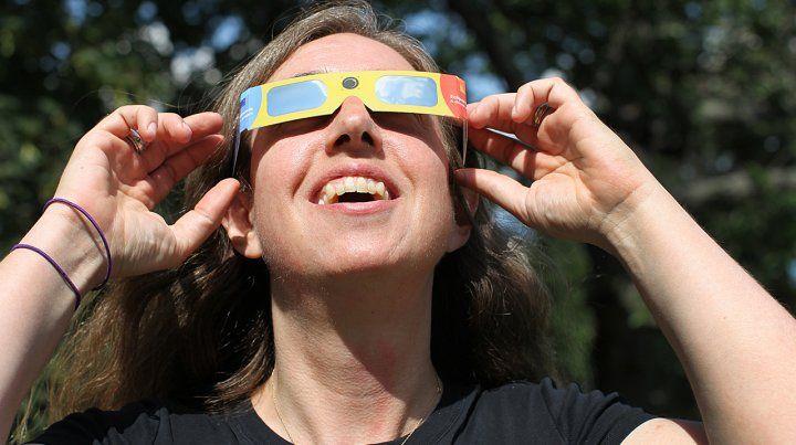 Una multitud de rosarinos fue al Planetario para ver el eclipse