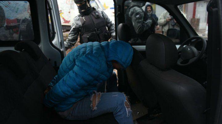 Uno de los sospechosos detenidos en la zona sur de Rosario.