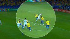 En la imagen se puede apreciar la falta de Alves a Sergio Agüero.