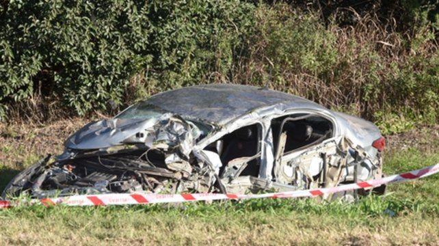Destrozado. El vehículo que conducía el joven quedó destruido al costado de la banquina. Se presume que circulaba de norte a sur por la ruta.