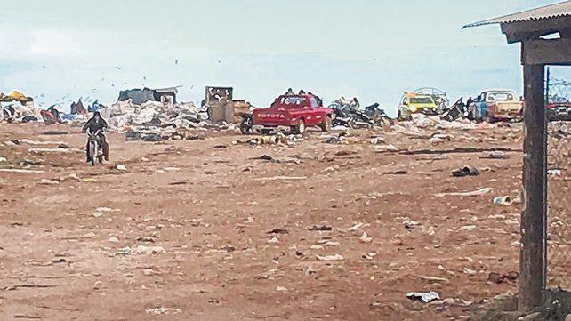 Los cirujas se suben a los camiones que entran al predio para llegar hasta los residuos.