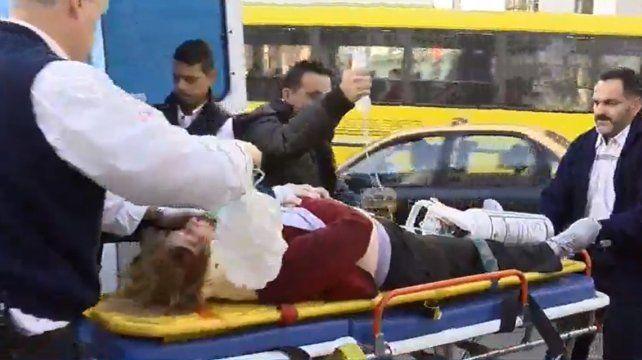 Una moto atropelló a una mujer, que voló veinte metros y está grave