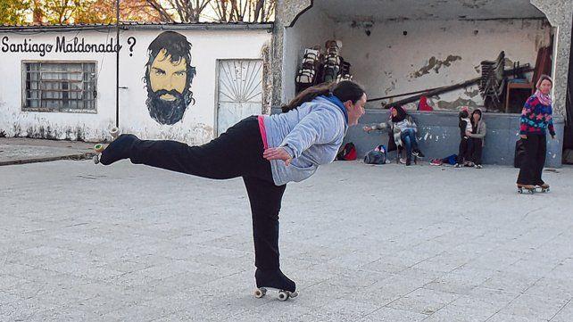 Sobre ruedas. Brenda practica una combinación de figuras sobre sus patines y cerca