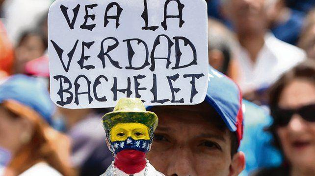 Mensaje. Protestas opositoras durante la visita de Bachelet.