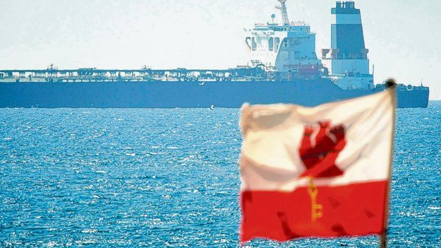 Capturado. La silueta del tanquero Grace 1 parece ser vigilada por la bandera de Gibraltar.