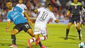 En el Coloso. Lértora con la camiseta celeste de Belgrano.