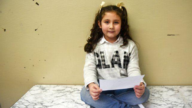 Victoria está cursando en la primaria de la Brigadier López y dice que en un futuro le gustaría escribir sobre su vida.