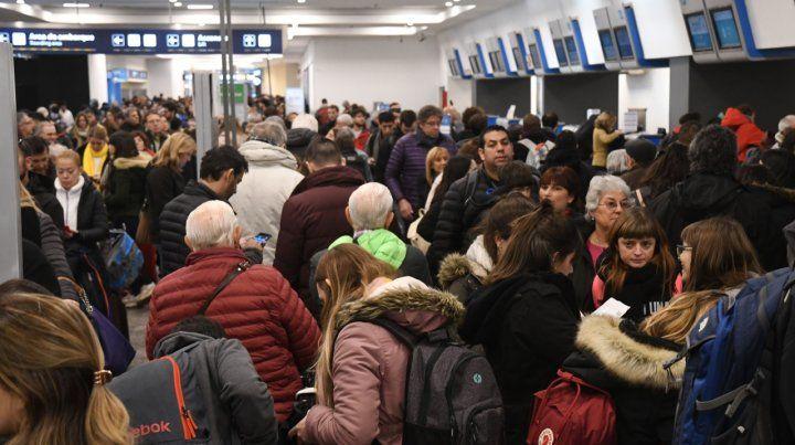 La inquietud de los pasajeros comenzó a la mañana temprano. A la tarde algunos no tenían reprogramado su vuelo.