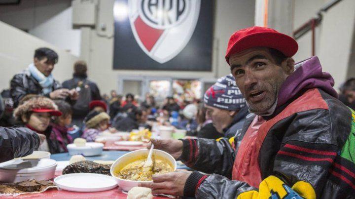 Plato caliente. Uno de los pabellones del estadio millonario convertido en comedor.