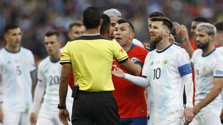 Messi vio la tarjeta roja y se fue sin entender por qué